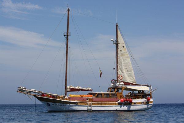 Cetaceos-&-Navegacion-Karyam-Navegando